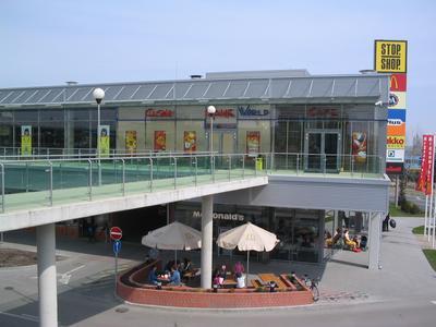 a6872af3f47b A többszintes bevásárlópasszázs hazai és külföldi áruházláncok üzleteiben  várja a vásárlókat, akik számos étterem és kávézó kínálatából is  válogathatnak.